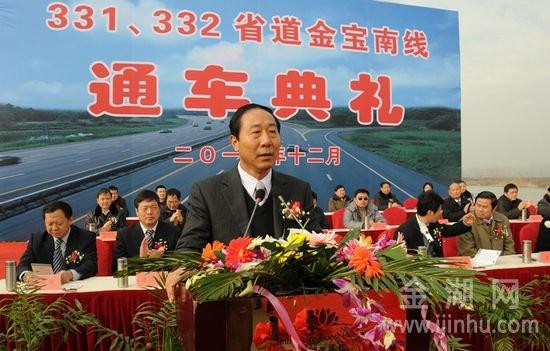 图为,扬州市政府副市长纪春明在通车典礼上讲话