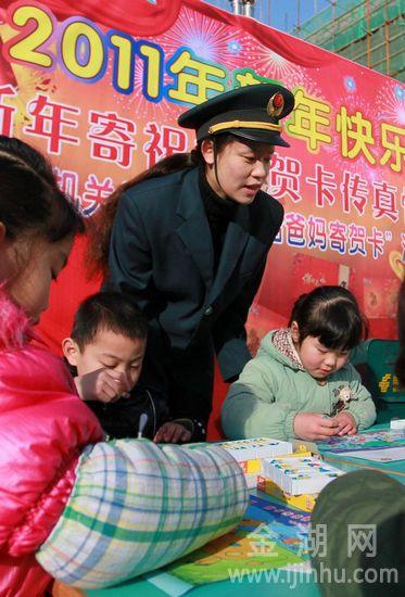 幼儿园老师扮演邮政阿姨,指导小朋友以展开想象绘画美好远景