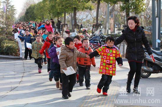 为让活动更加贴近实际生活,幼儿老师带着各自班级的幼儿前往邮局营业网点体验邮贺卡过程