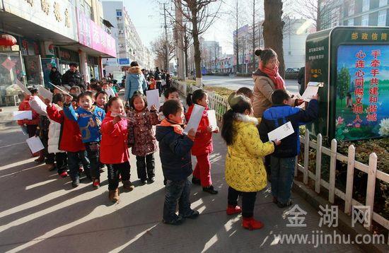 与此同时还有许多小朋友在城西邮政支局外面排队,在老师引导下将贺卡投入露天邮政信箱