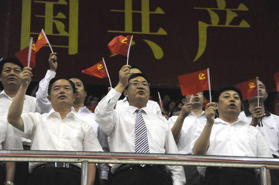 图为县委书记、县人大常委会主任陶光辉,县长肖进方、县政协主席王殿宏等在齐唱《没有共产党就没有新中国》