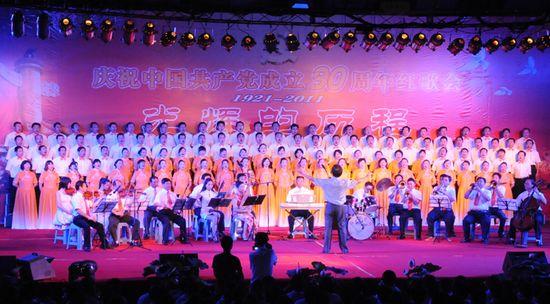 图为县交通运输局代表队表演大合唱《长征》