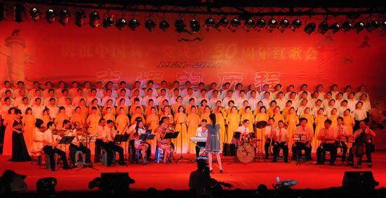 图为县交通运输局代表队表演大合唱《山丹丹花开红艳艳》