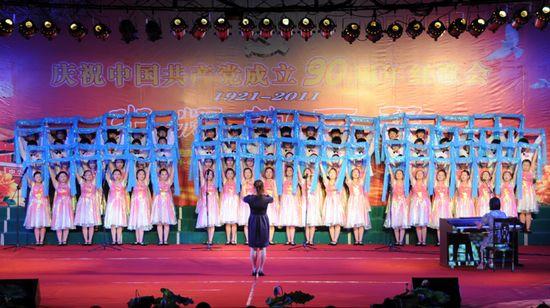 图为金湖二中代表队表演大合唱《天路》