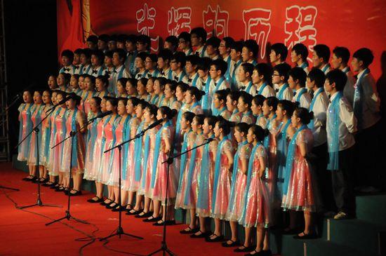 图为金湖二中代表队在演唱