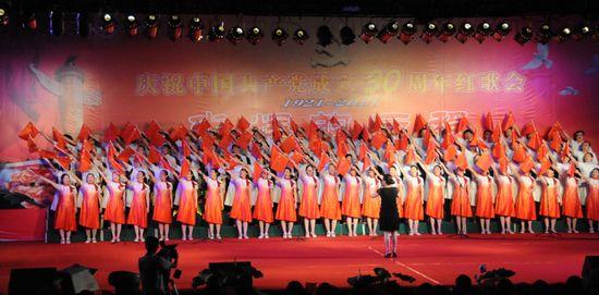 图为县卫生局代表队表演大合唱《红旗飘飘》