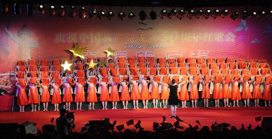 图为县卫生局代表队在演唱