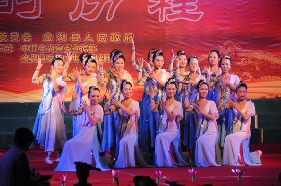 图为县教育局教师舞蹈队在表演