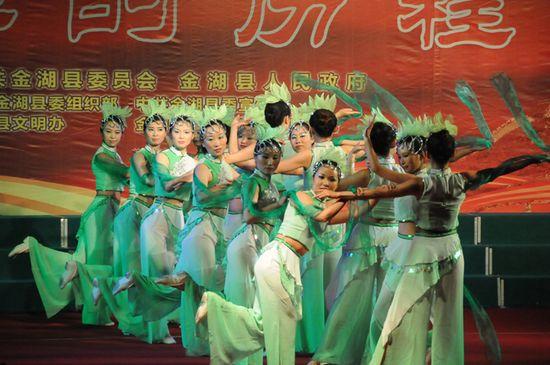 图为县妇联代表队表演舞蹈《梦忆水乡》