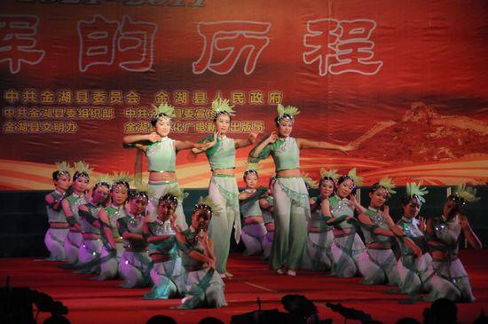 图为县妇联代表队在表演