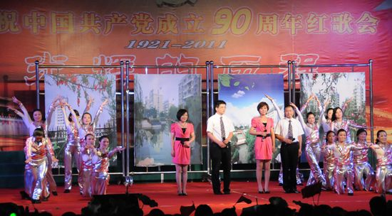 图为县住房建设局代表队在表演