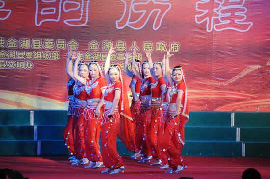 图为县农委代表队表演舞蹈《异域天使》