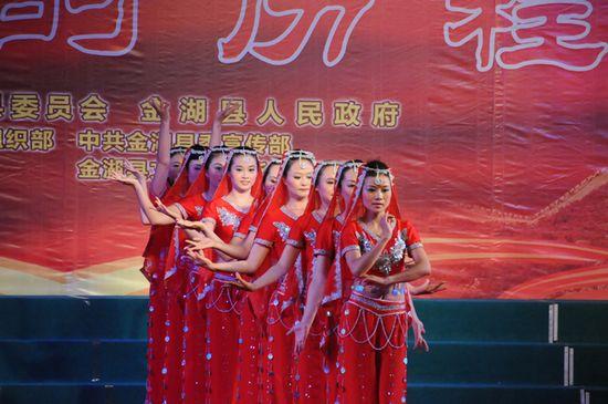 图为县农委代表队在表演