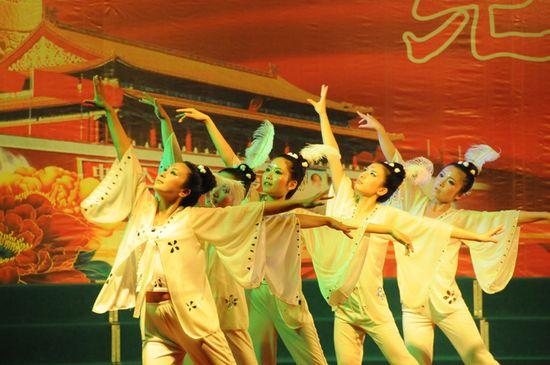 图为县卫生局代表队表演舞蹈《芦花》