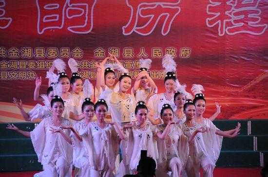 图为县卫生局代表队在表演