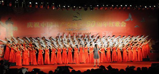 图为县城市管理局代表队表演大合唱《保卫黄河》