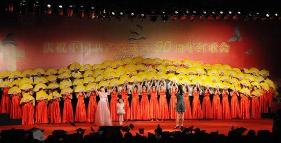 图为县城市管理局代表队表演大合唱《在灿烂阳光下》