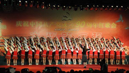 图为江苏省金湖中学代表队表演大合唱《青春舞曲》