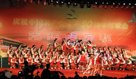 图为江苏省金湖中学代表队表演大合唱《我将跟随他》