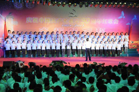 图为江苏金石集团代表队表演大合唱《咱们工人有力量》
