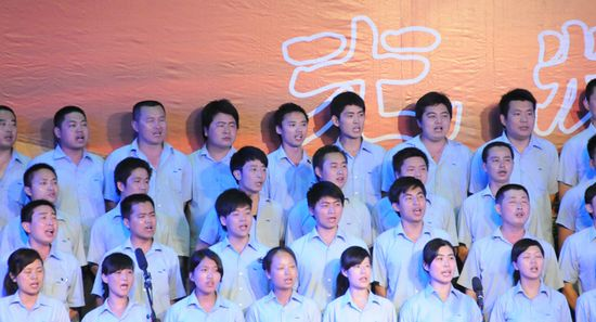 图为江苏金石集团代表队在表演