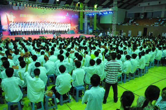 图为江苏金石集团代表队表演大合唱《没有共产党就没有新中国》