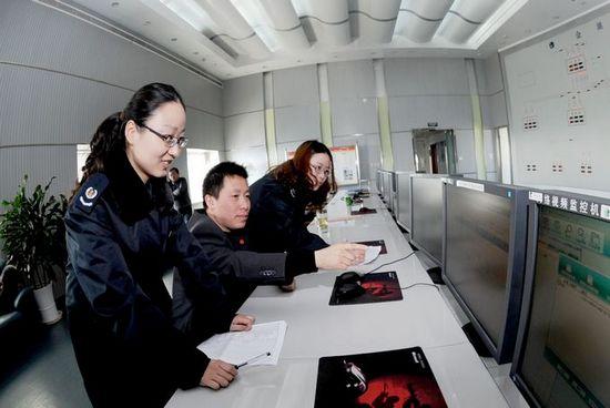 图为金湖县国税工作人员在供电部门采集相关涉税信息图片