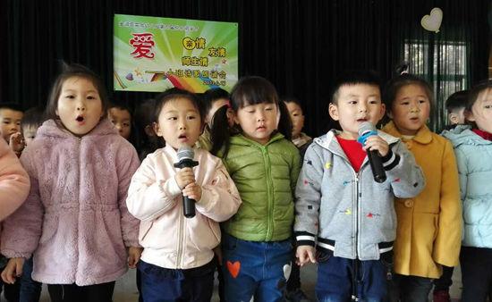 """金湖县实验幼儿园小班开展以""""爱""""为主题的诗歌朗诵会"""